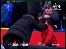 Mourinho w rozmowie z chłopcem do podawania piłek