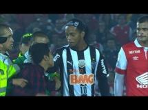 Fan wbiegł na boisko i przytulił Ronaldinho