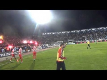 Piłkarz trafiony racą w derbach Serbii