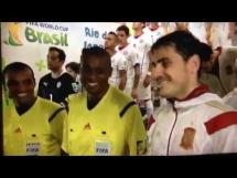 Asystent sędziego próbował się przywitać i ... Casillas go pocieszył :)
