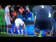 Wpadka Mullera przy rzucie wolnym w meczu z Algierią