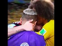 Alves i Luis pocieszają Jamesa Rodrigueza