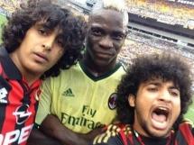 Selfie kibiców Milanu z Mario Balotellim