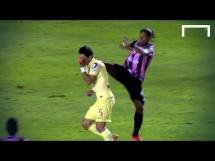 Ronaldinho kopnął rywala w głowę!