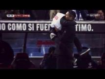 Szalona radość Diego Simeone z chłopcem od podawania piłek