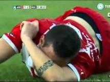 Carlos Tevez złamał rywalowi nogę