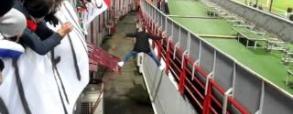 Rosyjski kibic ucieka przed stewartami