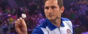 Lampard gra w darta podczas World Darts Championship.