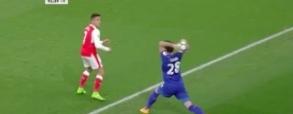Zamieszanie na boisku! Fuchs rzucił piłką w Alexisa Sancheza!
