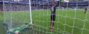 Piłkarz Arsenalu wepchnął bramakrza City do bramki!