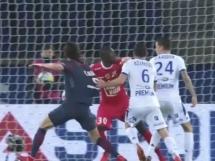 Cavani nie strzelił karnego!