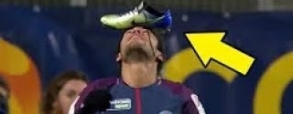 Śmieszna cieszynka Neymara! Brazylijczyk z butem na głowie!