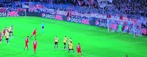 Lewandowski wykorzystuje karnego z AEK!