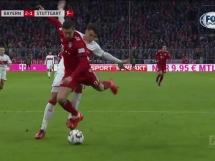 Lewandowski trafia w słupek z karnego!