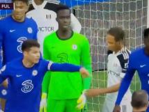 Kuriozalna sytuacja w Premier League! Piłkarz Fullham chciał zdjąć rękawice bramkarzowi Chelsea [WIDEO]