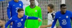 Piłkarz Fullham próbował zdjąć rękawice bramkarzowi rywali! Kuriozalna sytuacja w Premier League [WIDEO]