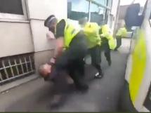 Szokujące nagranie z Anglii! Policjant wielokrotnie uderza w leżącego kibica [WIDEO]