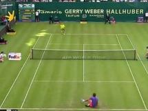Roger Federer upadł i grał dalej...